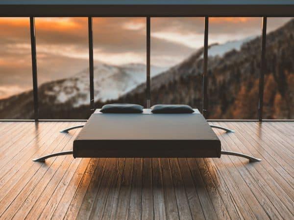Bett mit Spannbetttuch bespannt