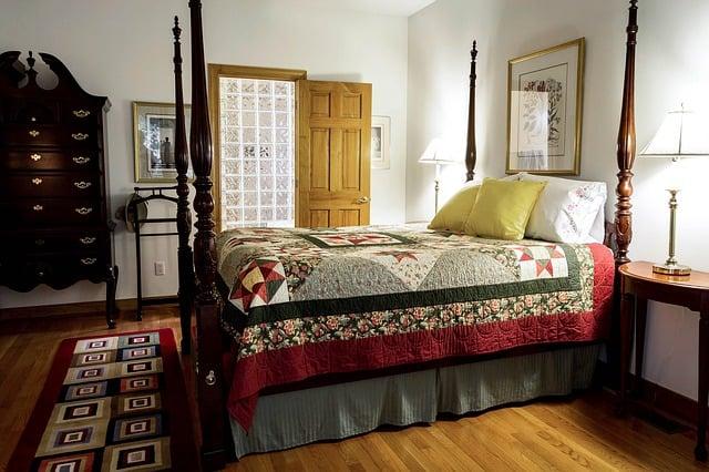 Unterbettkommode im Schlafzimmer für Stauraum unter dem Bett