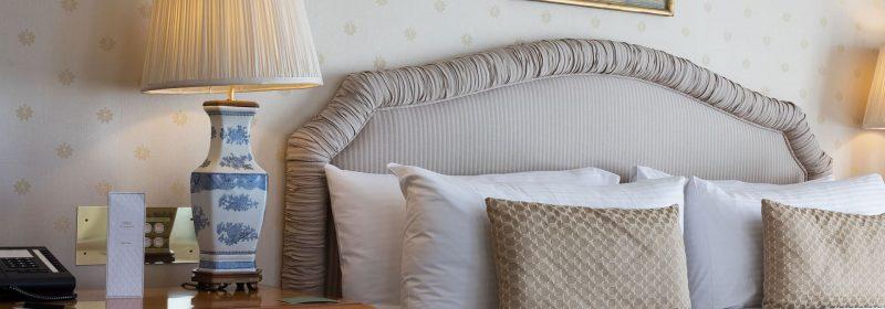4 Kopfkissen liegen auf einem Bett