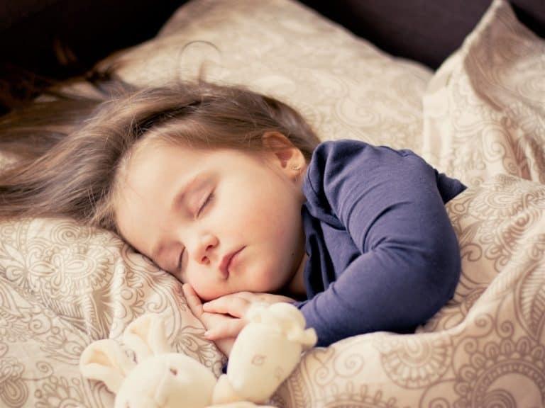 Halbhochbett Kind schlafen
