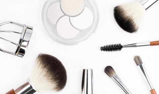 Make-up Aufbewahrung bei einem Schminktisch mit Brush und Blush
