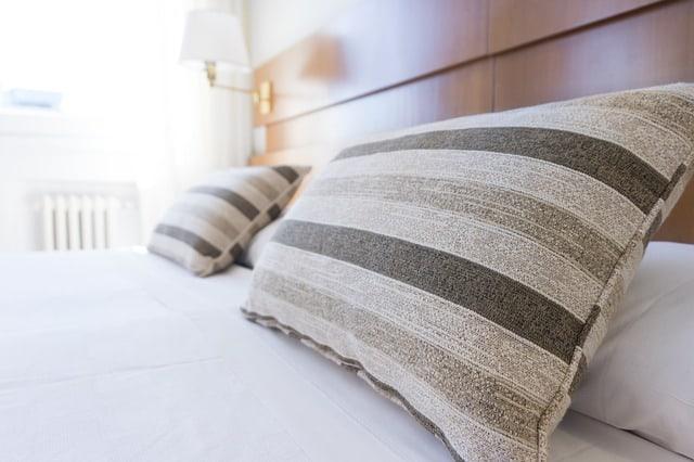 Spannbettlaken und Bettwäsche auf einem Bett Spannbetttuch