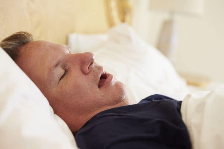 Mann schlafend im Bett