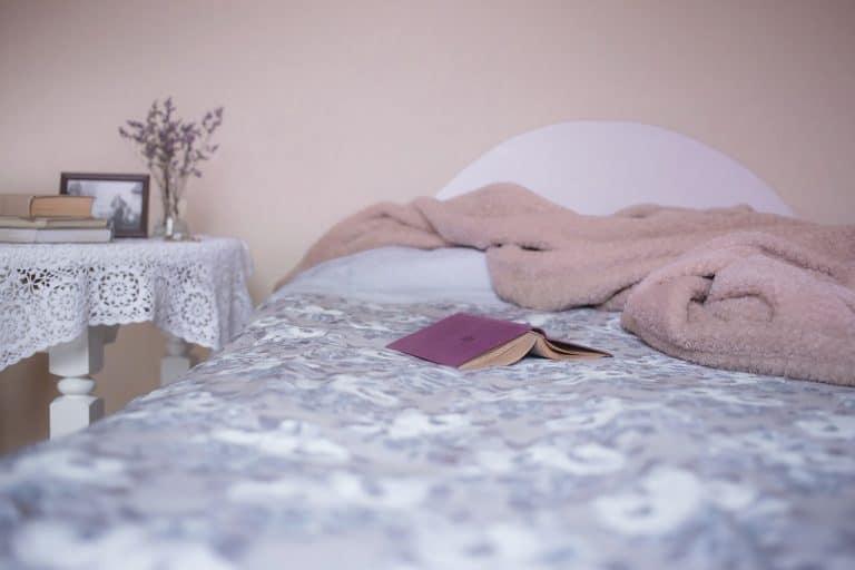Buch und Decke auf einem Bett