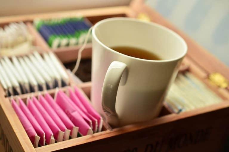 Tasse Tee zwischen Beuteln in Schatulle