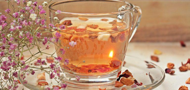 Glastasse mit Tee und Stücken